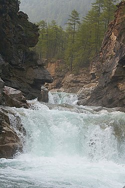 Водопад на реке Средний Сакукан 1.jpg