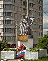 Памятник на фоне дома.jpg