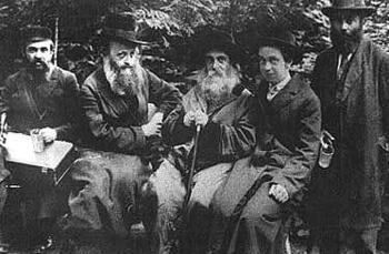 רבי שלמה חיים פרלוב (במרכז) עם מחותנו רבי קלונימוס קלמיש שפירא (לימינו)