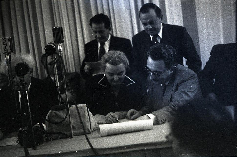 רחל כהן כגן חותמת על מגילת העצמאות 1948