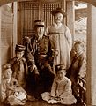 윤치호와 그의 아버지, 세 자녀.jpg