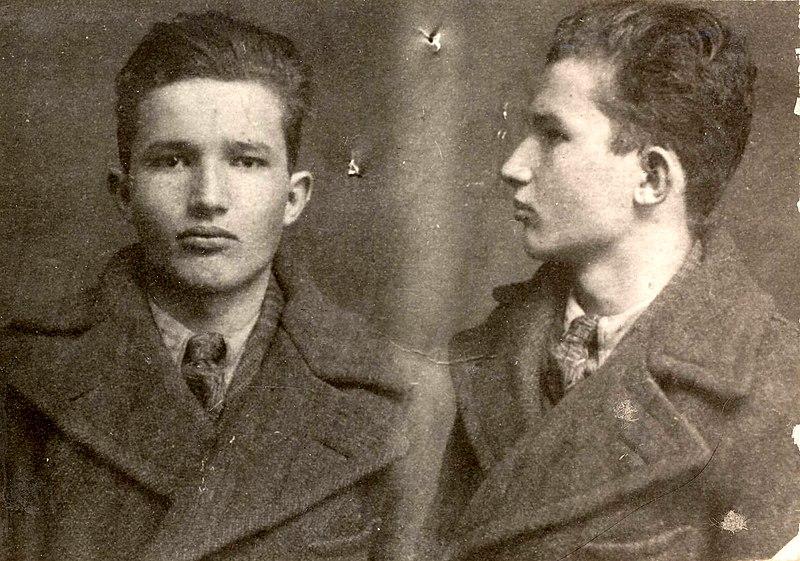 Archivo:007 Ceausescu mug shot Targoviste police 1936.jpg