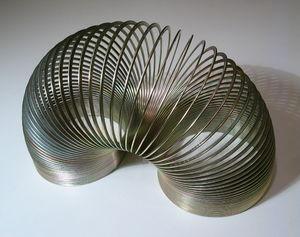 Metal slinky. Français : Slinky métallique. Es...