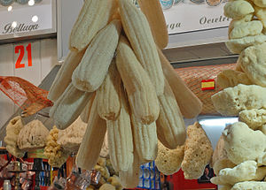 Luffa aegyptiaca - Sponges made of sponge gourd for sale alongside sponges of animal origin (Spice Bazaar at Istanbul, Turkey, September 2008).