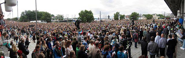 Blomstermarsjen i Oslo Sentrum mandag 25. juli 2011 i etterkant av Terrorangrepet i Norge 2011. Det antas at omtrent 200 000 var tilstede under felles minnemarkeringen. Bildet ble tatt fra sørsiden av Oslo rådhus. Foto av Mathias-S på norske Wikipedia