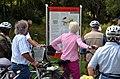2013-08-10 Teilnehmer einer geführten Fahrradtour durchs Landschaftsschutzgebiet Mittlere Leine bogen ab zur Gedenktafel zum Konzentrationslager Stöcken.jpg