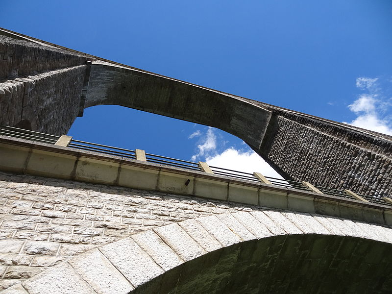 Le viaduc de Cize-Bolozon dans le département de l'Ain en France. Détail d'une voute.