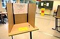 2013 Wahl des Oberbürgermeisters von Hannover, Stichwahl, 06a, Wahlkabine mit Sichtschutz für die geheime Wahl, Jede Wählerin und jeder Wähler hat eine Stimme (im Hintergrund die Wahlurne).jpg