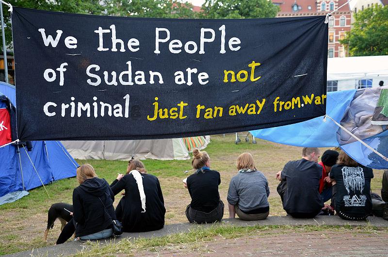 File:2014-06-02 Sudan Flüchtlinge Protest gegen Abschiebung, Weißekreuzplatz Hannover, (47).JPG