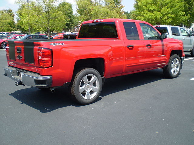 https://upload.wikimedia.org/wikipedia/commons/thumb/f/f3/2015_Chevrolet_Silverado_double_standard_rally_1_reverse.JPG/640px-2015_Chevrolet_Silverado_double_standard_rally_1_reverse.JPG