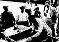 24 Heures du Mans 1932, Louis Chiron en cravate inspecte sa Bugatti T55 avant le départ.jpg