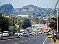 Acceso a la ciudad de Ñemby, con el cerro Ñemby de fondo. Fotografía de Edu Maldonado – Junio de 2016.jpg