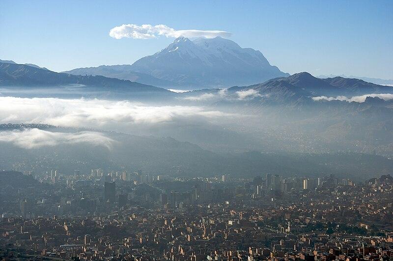 File:Amaneciendo en La Paz con el Illimani de fondo.jpg