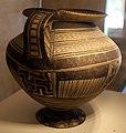 Anfora peucezia con decorazione geometrica, VI secolo ac., da valenzano (BA) 01.jpg