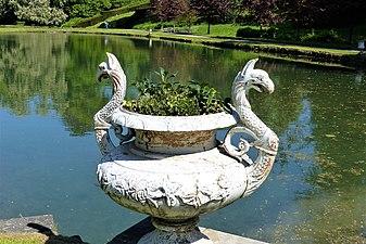 Annevoie - Province de Namur - Jardins d' eau d' Annevoie - Blumenkübel - P1010327 04.jpg
