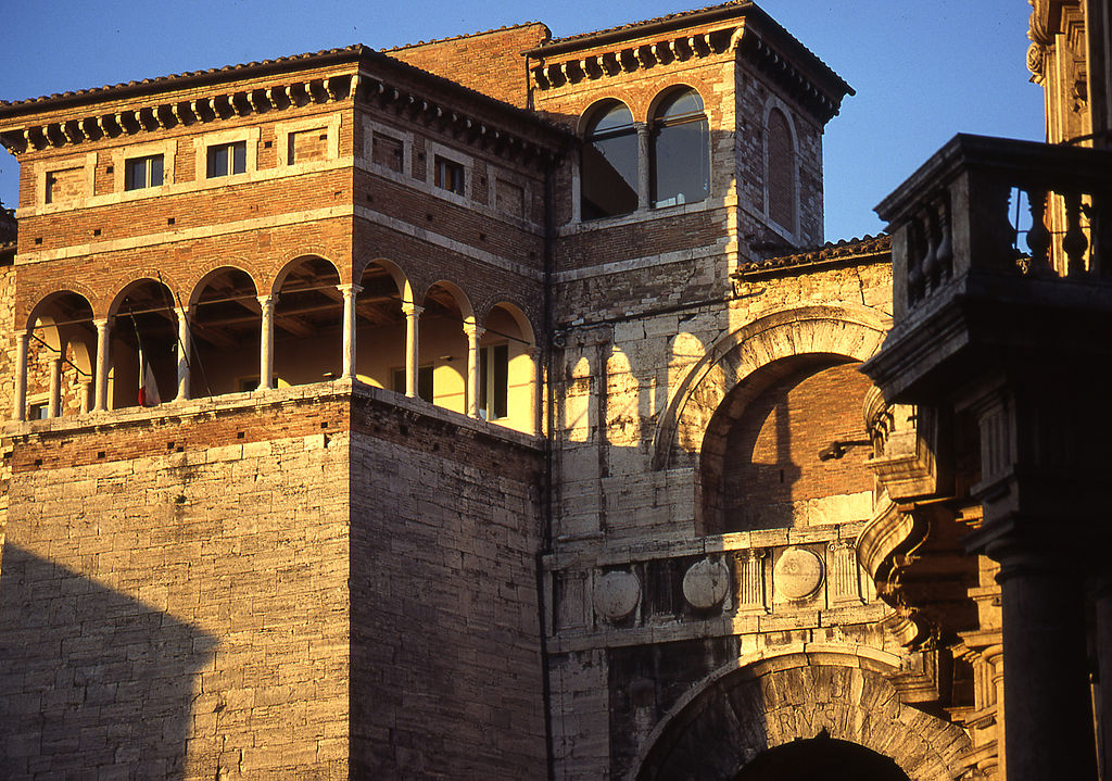 Logia renacentista sobre el Arco Etrusco. Foto de Fabio Tiberi