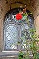 Außenfenster mit roter Rose Johanneskirche in Frömern.jpg