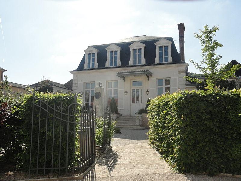 La mairie d'Avenay-Val-d'Or (Marne, France) et le monument aux morts.