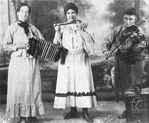 La Bolduc - Mary Bolduc with fellow musicians, 1928