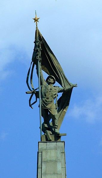Súbor:Bratislava, Staré Mesto, Slavín, socha rudoarmějce.jpg