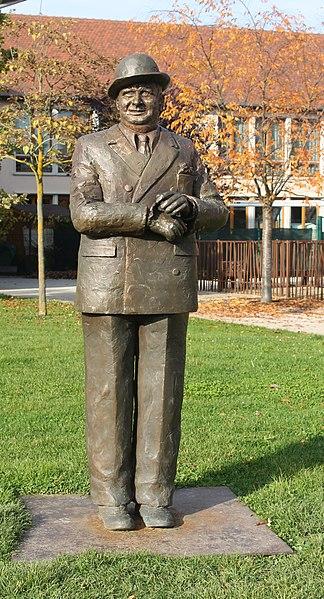 File:Bugatti Statue 01.jpg