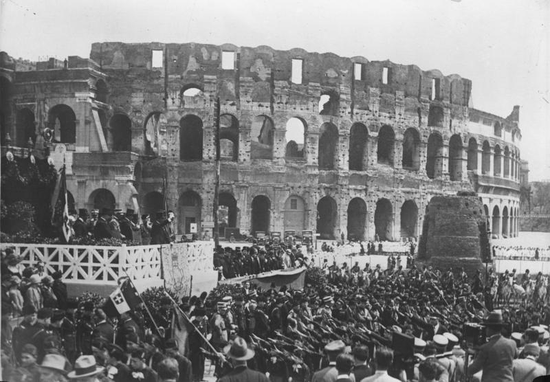 Bundesarchiv Bild 102-12292, Rom, Ansprache Mussolinis an die Jugend