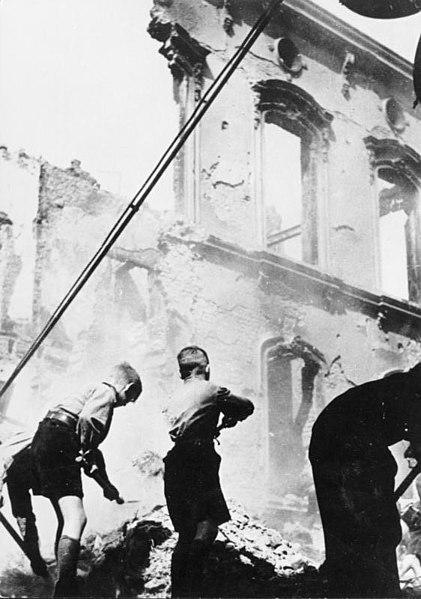 File:Bundesarchiv Bild 146-1974-120-37, Hitler-Jugend im Kriegseinsatz.jpg