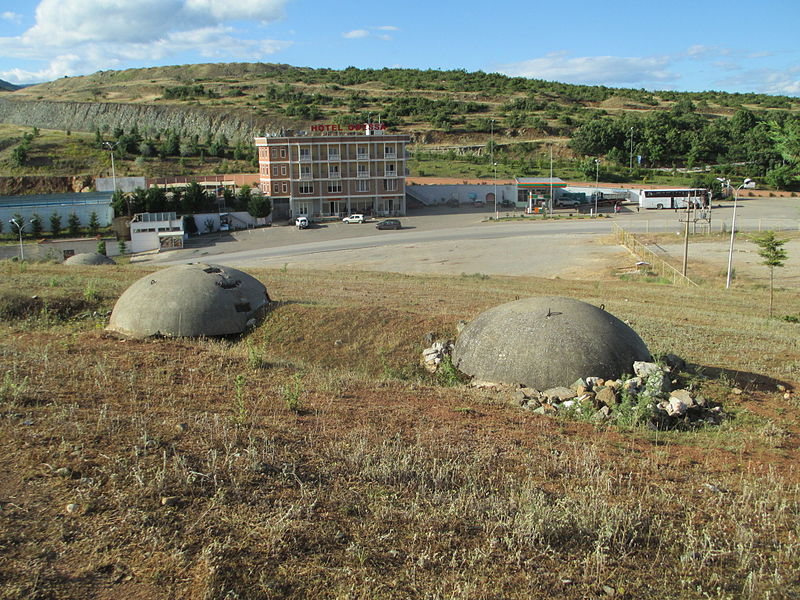קובץ:Bunkers in Albania near the border with Macedonia.JPG