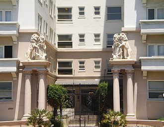 Bryson Apartment Hotel - Lions at front entrance to the Bryson