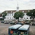 COLLECTIE TROPENMUSEUM Bussen en taxi's op Taman Fatahillah TMnr 20018031.jpg