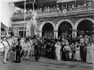 Grimm & Co. - Image: COLLECTIE TROPENMUSEUM Toeschouwers op het bordes van de patisserie van Grimm & Co. aan de Pasar Besar in Soerabaja te wachten op de optocht ter gelegenheid van de kroningsfeesten van Koningin Wilhelmina in 1898. T Mnr 60003133