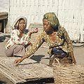 COLLECTIE TROPENMUSEUM Vrouwen tijdens het drogen van vis TMnr 20018454.jpg