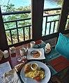 Café da manhã no alto de uma colina (29963923936).jpg