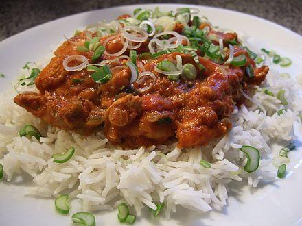 طبق من الرز و الدجاج بالكاري في دلهي، الهند.