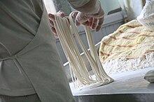 Preparazione artigianale di spaghetti cinesi