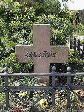 Von Mörike aufgestelltes Steinkreuz mit der von ihm eigenhändig eingeritzten[14] Inschrift Schillers Mutter auf ihrem Grab in Cleversulzbach (Quelle: Wikimedia)