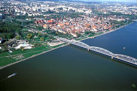 Jozef Pilsudski Bridge over the Vistula river - the older of the two road bridges in Torun Dachy zsamolotu4.jpg