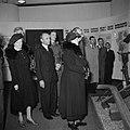 De koningin bekijkt de tentoonstelling, Bestanddeelnr 255-8117.jpg