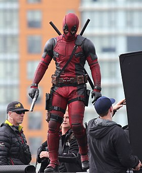 L'acteur Ryan Reynolds en costume de Deadpool sur le tournage du film Deadpool en 2015.