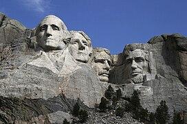 (Từ trái sang phải) Tượng điêu khắc của George Washington, Thomas Jefferson, Theodore Roosevelt và Abraham Lincoln, biểu trưng cho lịch sử 130 năm đầu tiên của Hoa Kỳ.