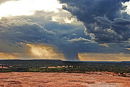"Dramatiskt landskap vid Enchanted Rock i ""the Hill Country"" i södra Texas."