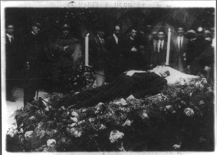 Caruso's body lying in state in the Vesuvio Hotel in Naples, 3 August 1921 Enrico Caruso, 1873-1921, funeral at Church San Francisco de Paulo in Naples 3.png
