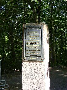 Gedenktafel für Ernst II. auf dem Gelände der einstigen Sternwarte (Quelle: Wikimedia)