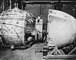 1945年8月6日・9日の広島・長崎に投下された原子爆弾、「リトルボーイ」(上)と「ファットマン」(下)。