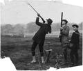 Fotografia de D. Manuel II durante uma caçada, prestes a atirar.png