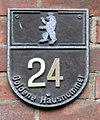 Gedenktafel Heinersdorfer Str 24 (Weißs) Goldene Hausnummer.jpg