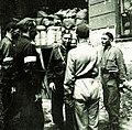 Gen. Leopold Okulicki wśród żołnierzy AK w czasie walk powstańczych w Warszawie, 1944.jpg