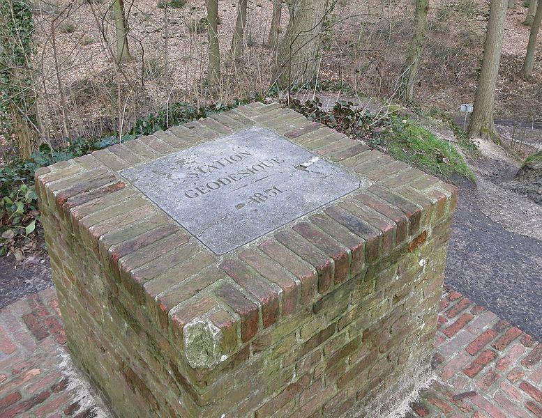 Geodetisch punt uit 1851 op kunstmatige heuvel in het Koninklijk Park langs de Koning Leopold II-laan in Leopoldsburg.