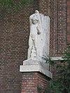 foto van Verenigingsgebouw 't Zonnehuis, bouwstijl Amsterdamse School, aan achtergevel beeldengroep van J. IJzerdraat en M. Vreugde