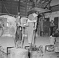 Glasblazen in de Glasfabriek Leerdam, Bestanddeelnr 254-4020.jpg